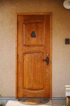 2・アーティストが作った玄関ドア